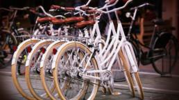 quattro biciclette bianche uguali messe una accanto all'altra